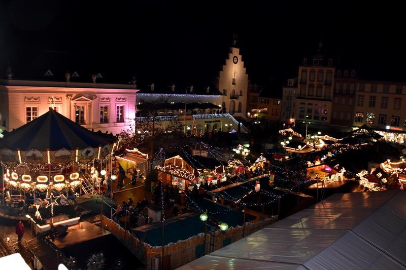 Landau Weihnachtsmarkt.Kunsthandwerklicher Thomas Nast Nikolausmarkt Stadt Landau